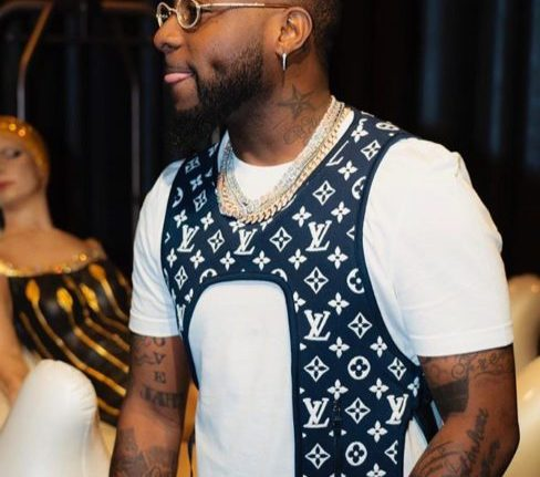 Davido Ridicules Nigerian Currencies As He Steps On Them In A Club (Photos)